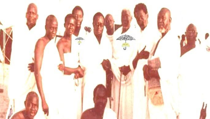El hadj Abdoul Aziz Sy Dabakh en compagnie de son fils El hadj Maodo Sy et d'autres fideles