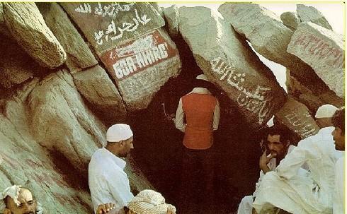 le Mont Hiraa ''wa kaana bade ane ala houbil khalaa-i ilaa ane djaa-a fil haari rouhil khoudssi lam yanami''