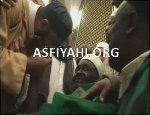Le Khalif Donnant le Wird Tidjane au mausolée du Prophéte Mohamed (PSL)