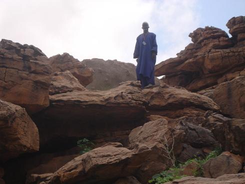 un descendant des braves Dogons veille encore sur le lieu de la disparition de l'Almamy, sur la falaise de Déguimbéré