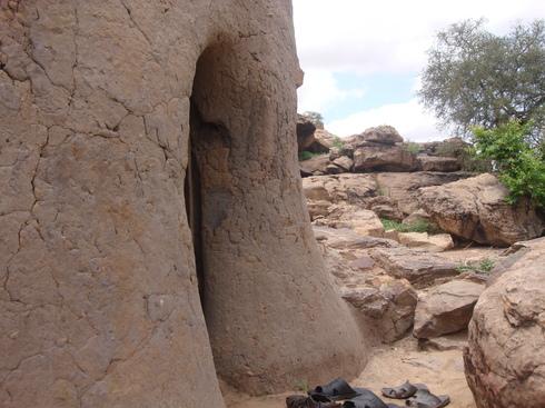 Entrée de l'endroit d'où disparut Cheikh Omar al-Foutiyyu, fortifié pour la mémoire !!