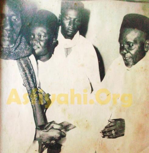 Serigne Babacar Sy et El Hadj Mansour Sy Malick ( au milieu on reconnait Serigne Mansour SY Actuel Khalif et Homonyme de El Hadj Mansour Sy Malick et Serigne Mounirou Sarr)
