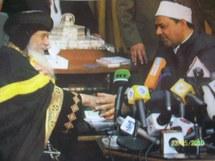 Cheikh Ahmed A-Tayeb (à droite), nouveau recteur d'Al-Azhar, avec Chenouda III, chef de la communauté copte, le 23 Mars, au Caire