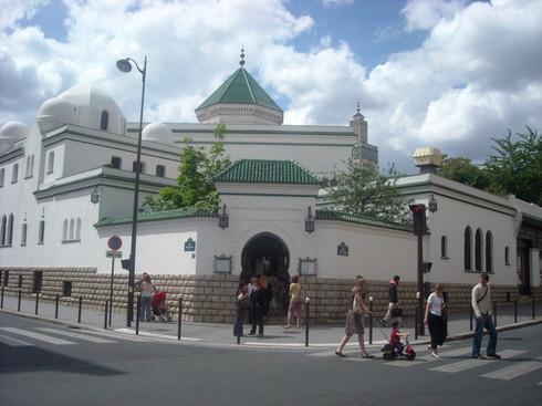 la  pose de la première pierre de la Grande mosquée de Paris dans l'entre-deux-guerres a été rehaussée par la présence de El Hadji Abdou Hamid Kane, venu y représenter Seydi El Hadji Malick Sy