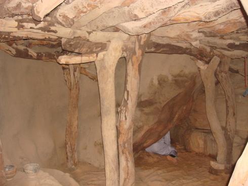 Intérieur de la grotte où disparut Cheikh Omar al-Foutiyyu dans les falaises de Déguiméré (à 14 Km de Bandiagara)