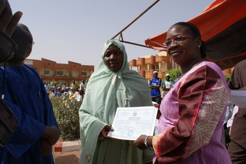 Etudiante recevant son diplôme Arabe