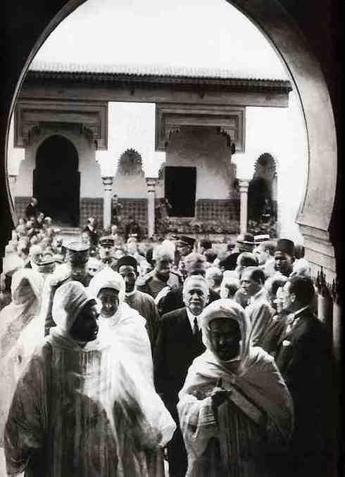 L'inauguration de la Mosquée de Paris. Au premier plan, à droite de l'image, Si Kaddour Ben Ghabrit. Derrière lui, Gaston Doumergue, le Président de la République, en présence d'Elhadj Abdoul Hamid Kane représentant El Hadj Malick Sy pour l'AOF
