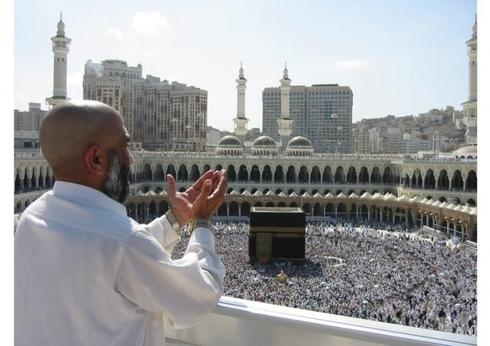Masjid al haram ( La Mecque) Bismillahi Rahmani rahimi1. Gloire et Pureté à Celui qui de nuit, fit voyager Son serviteur [Muhammad], de la Mosquée Al-Haram à la Mosquée Al-Aqsa dont Nous avons béni l'alentours, .Sourate 17 : Le voyage nocturne (Al-I