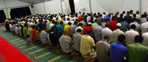 Les musulmans de Gallarate prient sous une tente aménagée par l'Église de la ville dans la cour arrière de celle-ci.