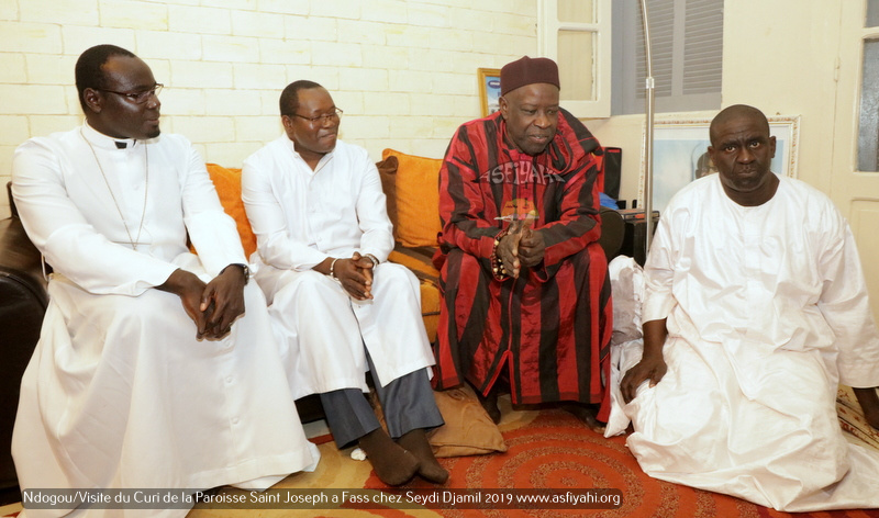 PHOTOS - Spécial Ndogou: Le Curé de la Paroisse Saint Joseph de Médina sise à Fass, chez Serigne Moustapha Sy Djamil