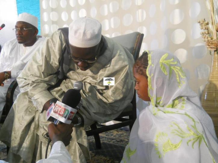 """Serigne Sidy Ahmed Sy Ibn Serigne Abdoul Aziz Sy Al Amine conversant une femme à l'Islam . Elle porte désormais le nom de """"Sokhna Khadijatou"""""""
