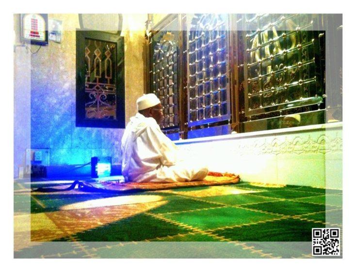 Serigne Abdoul Aziz Sy Al Amine devant le mausolée de son Pere Serigne babacar Sy (Photo : Sr Sidy Sy)