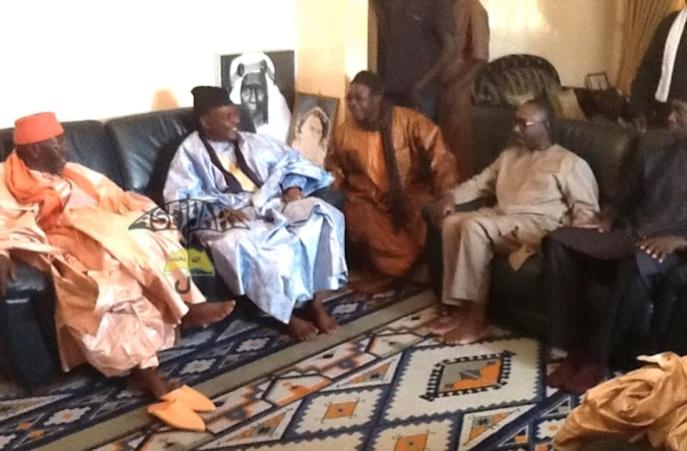 De gauche à Droite : Serigne Abdoul Aziz Sy Al Amine , Serigne Pape Malick Sy . Mame Malick Sy ( en beige ) et Abdou Sy (en Noir)