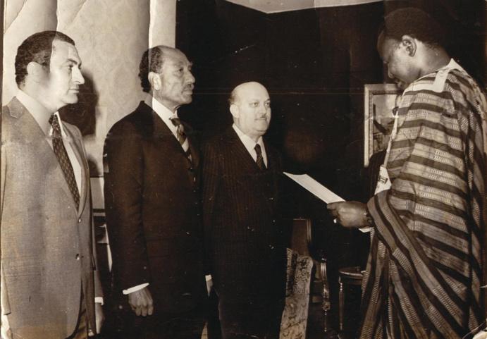 """Son Excellence Aboubacar SY présentant ses lettres de créance au Président d'Egypte Anouar El Sadate sous l'oeil attentif de son successeur le Président Hosni Moubarak"""""""