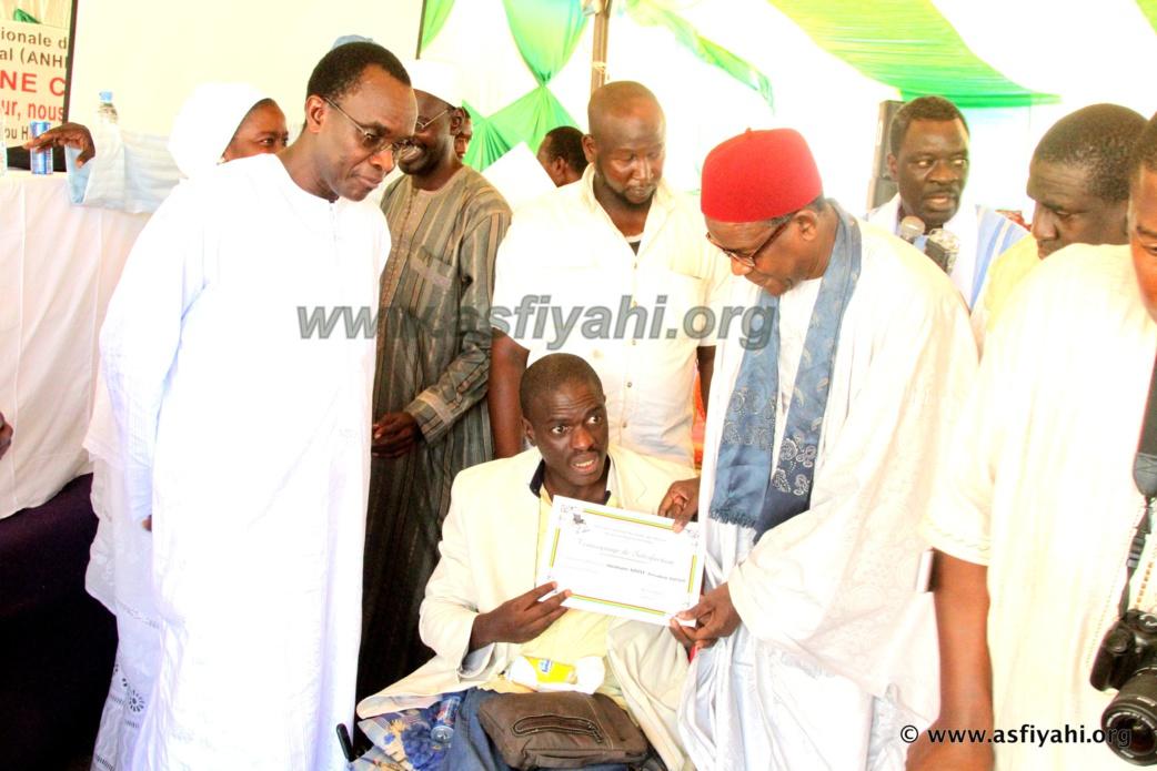 Le president de l'Association nationale des personnes accidentées vivant avec un handicap (ANPAV), Ousmane Ndoye,  recevant un témoignage de satisfaction