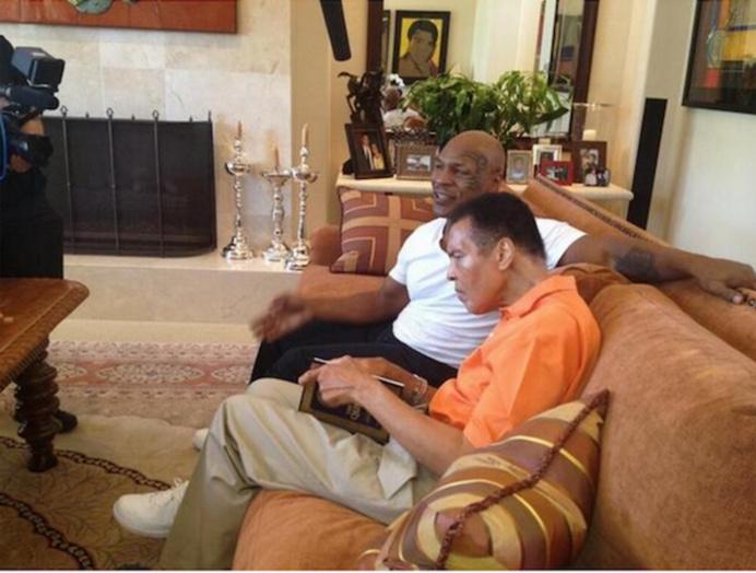 L'une de ses dernieres photos tenant le Coran, en compagnie de Mike Tyson