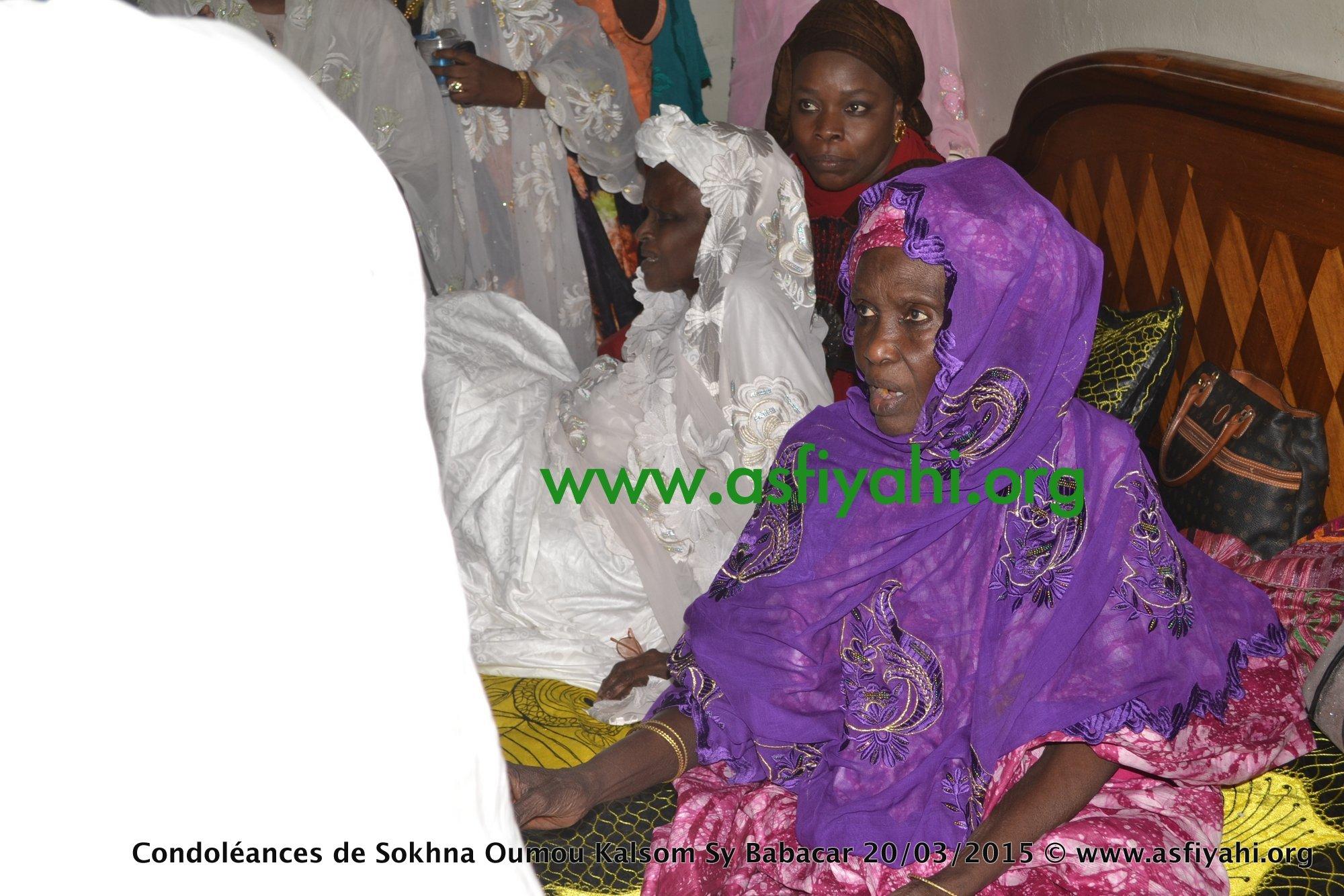 Serigne Abdou présentant ses condoleances à sa soeur SOkhna Safietou Sy Bint Serigne Babacar Sy (rta)