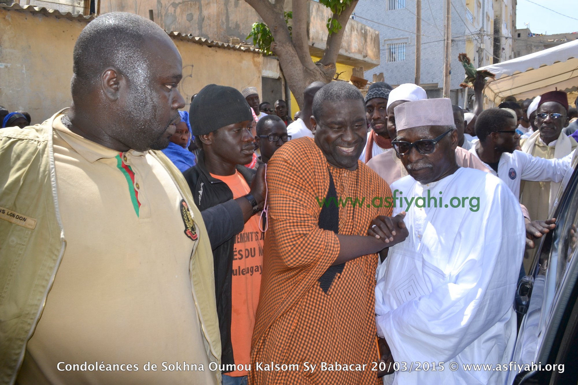 Serigne Cheikh Oumar Sy Djamil accompagnant son Oncle Serigne Mbaye Sy Mansour