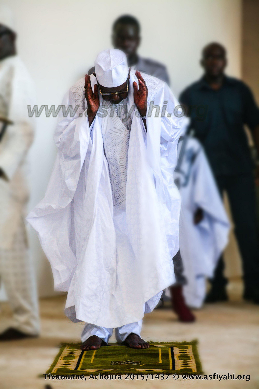 Serigne Abdoul Aziz SY Al Amine accomplissant la Prière de Tisbar (Dhuhr)