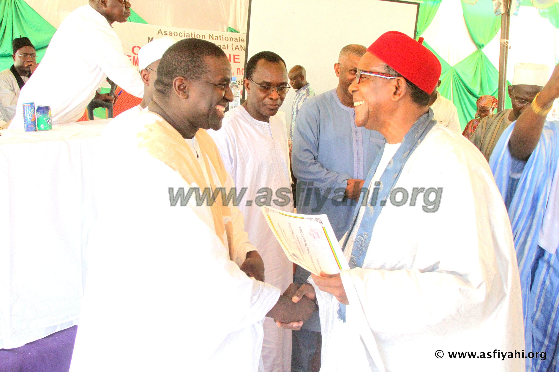 Serigne Mame Ass Sy Djamil remettant  un diplôme de témoignage de satisfaction de l'association à Serigne Cheikhou Oumar SY Djamil