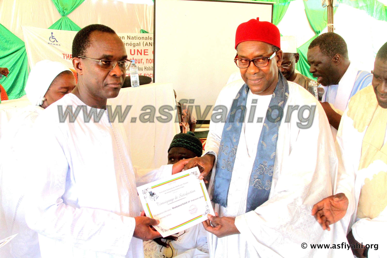 Dr Habib SY recevant un témoignage de satisfaction